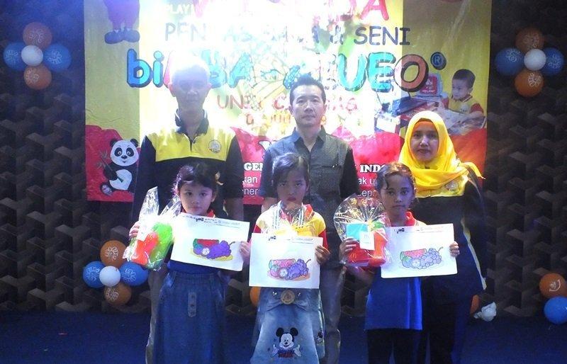 Foto bersama peserta terbaik lomba mewarnai.