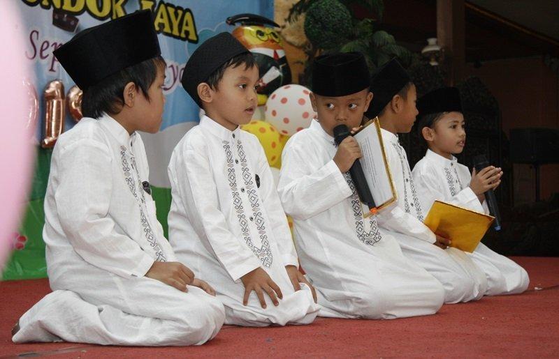 Keberanian anak-anak biMBA tampil di atas panggung.