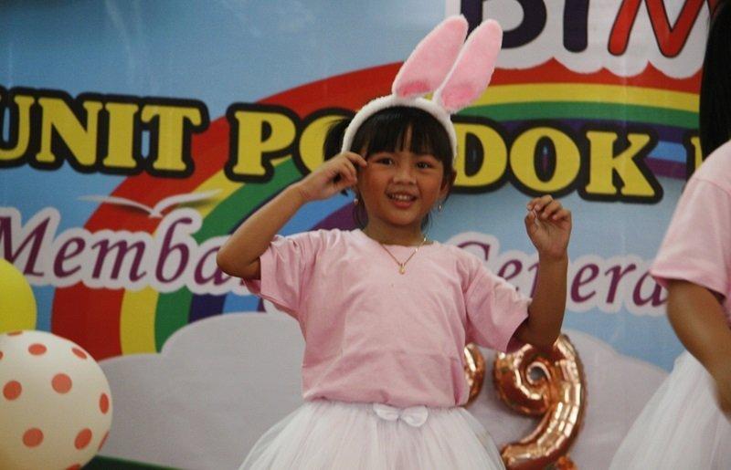 Keceriaan anak biMBA ketika menari di atas panggung.
