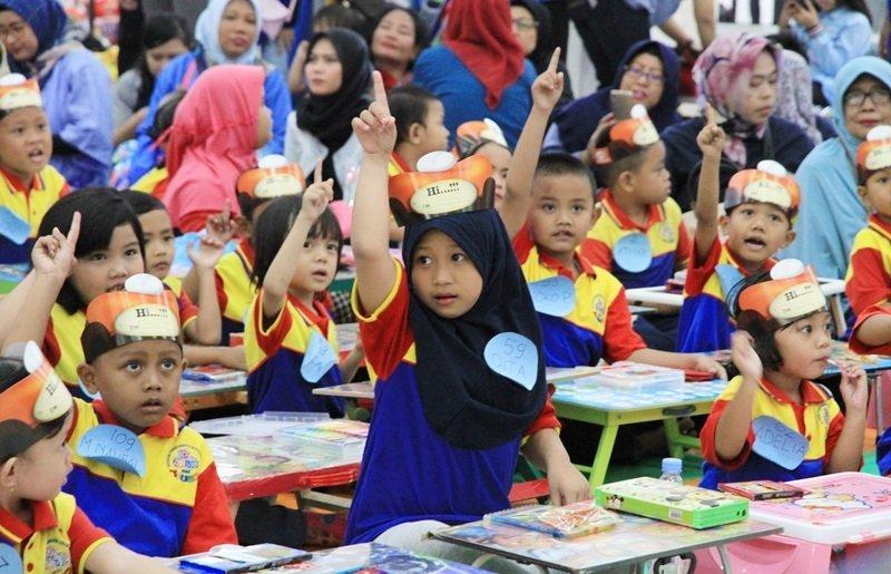 Saat ditanya, murid biMBA tidak ragu mengangkat tangan.