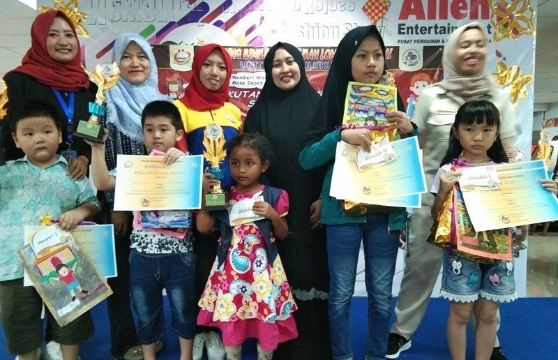 Foto bersama para pemenang lomba mewarnai.