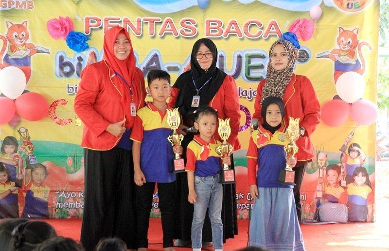 Sesi foto bersama motivator dan peserta terbaik.