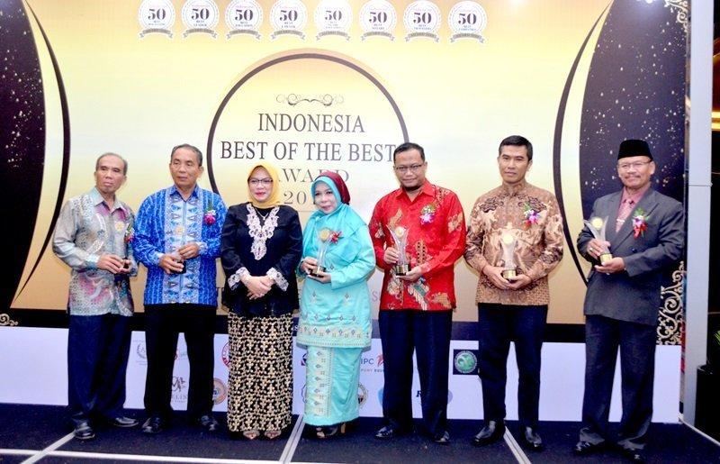 Foto bersama para peraih penghargaan.
