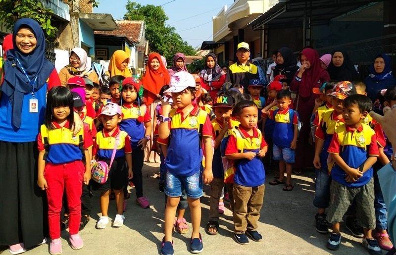 Berbaris yang rapi dulu ya.. berangkat menuju Perpustakaan Daerah Cianjur.