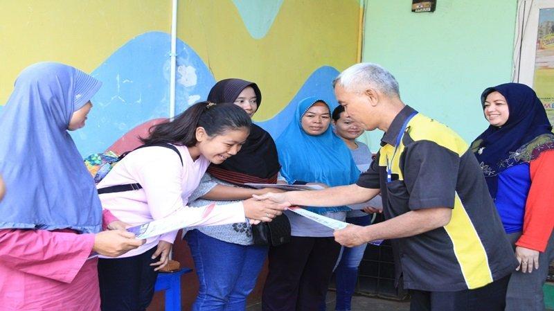 Penyerahan sertifikat beasiswa kepada orang tua murid