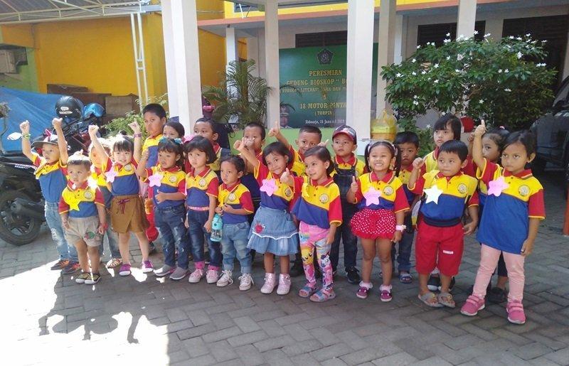 Foto bersama dalam kegiatan kunjungan ke Perpustakaan Sidoarjo.