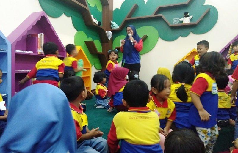 Aulia Azizah, Koordinator Wilayah Surabaya membuka acara dengan tepuk semangat dan yel-yel biMBA.