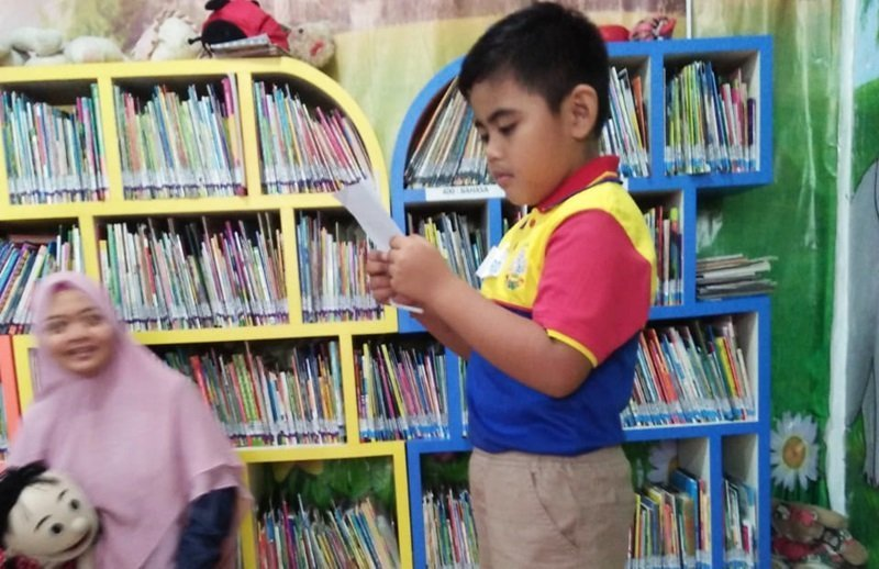 Salah satu murid biMBA membaca puisi tentang hari kemerdekaan.