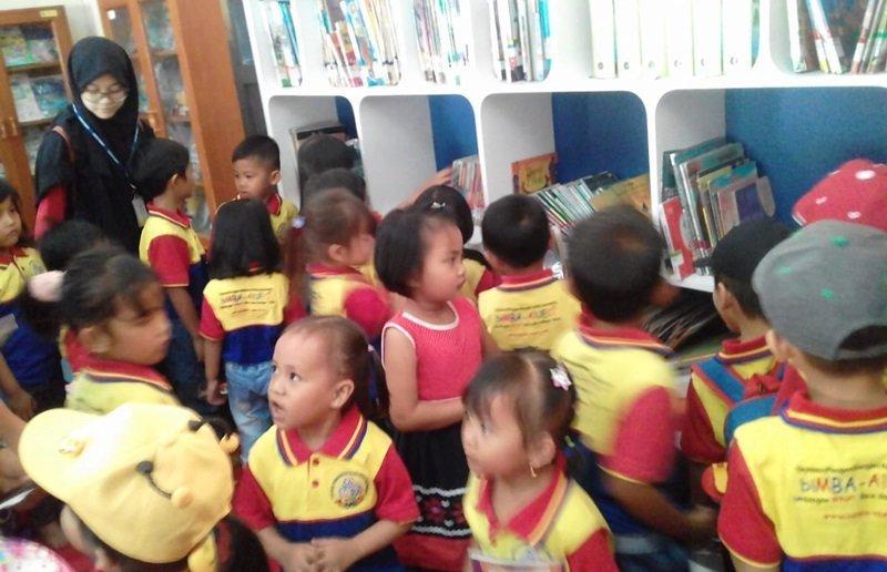 Senangnya berkeliling perpustakaan dan melihat-lihat tumpukan buku.