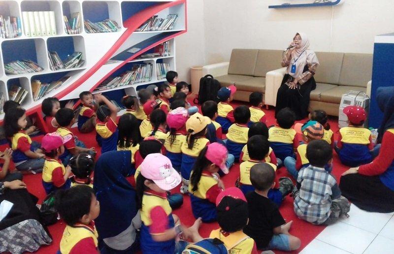 Wah, antusias sekali anak biMBA mendengarkan dongeng dari Teh Dini.