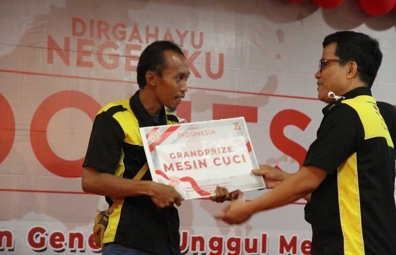 Penerima hadiah grandprize diserahkan langsung oleh Bambang Suyanto.