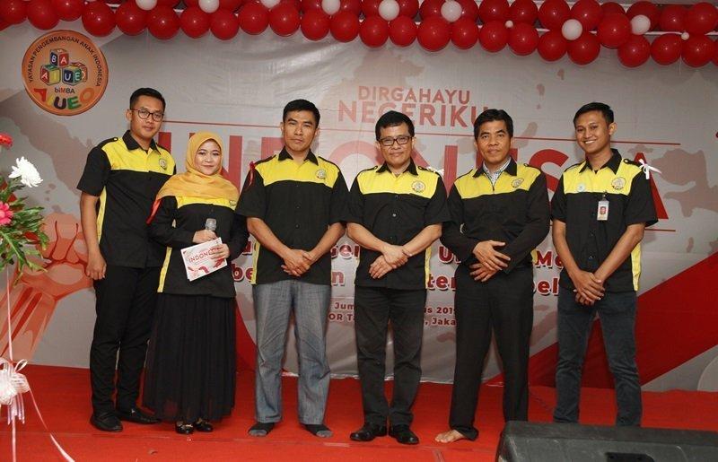 Foto bersama setelah pemotongan pita sebagai tanda dibukanya kegiatan HUT RI biMBA Pusat.