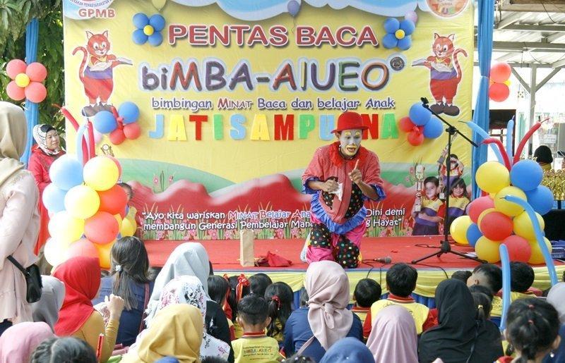 Om Badut berhasil mencuri perhatian anak-anak dan orang tua di acara pentas baca kali ini.