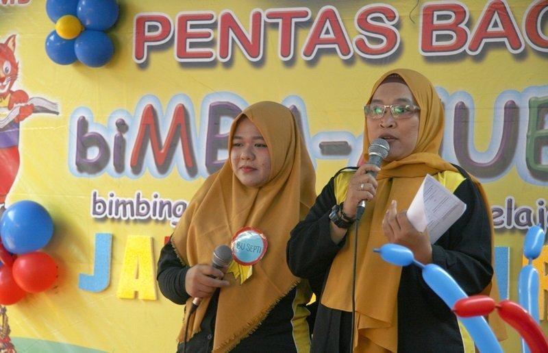 Tidak mau kalah dengan murid-murid biMBA, Bu Septi dan Bu Miyah memandu acara dengan semangat lho ...