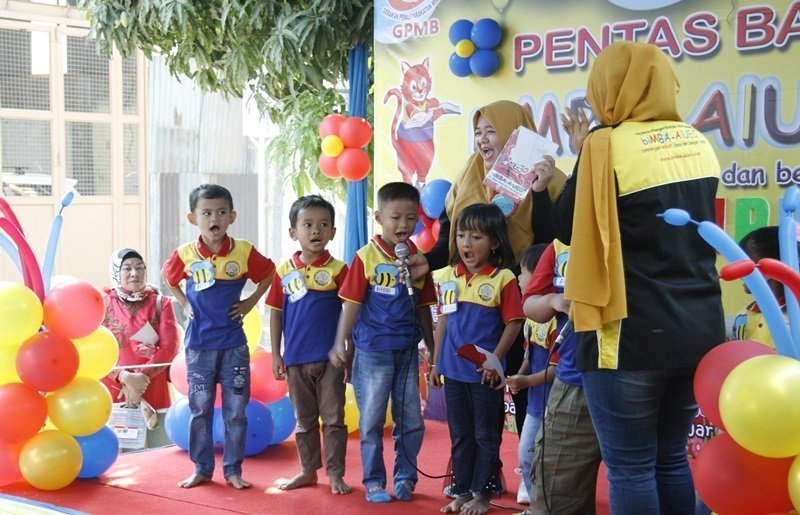 Anak-anak juga semangat bernyanyi menghibur teman-teman dan orang tua yang hadir.