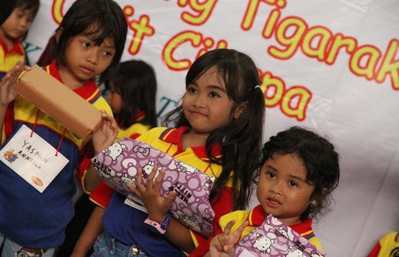 Pembagian hadiah kepada peserta terbaik.