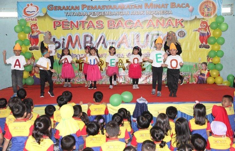 Penampilan murid biMBA menari AIUEO.