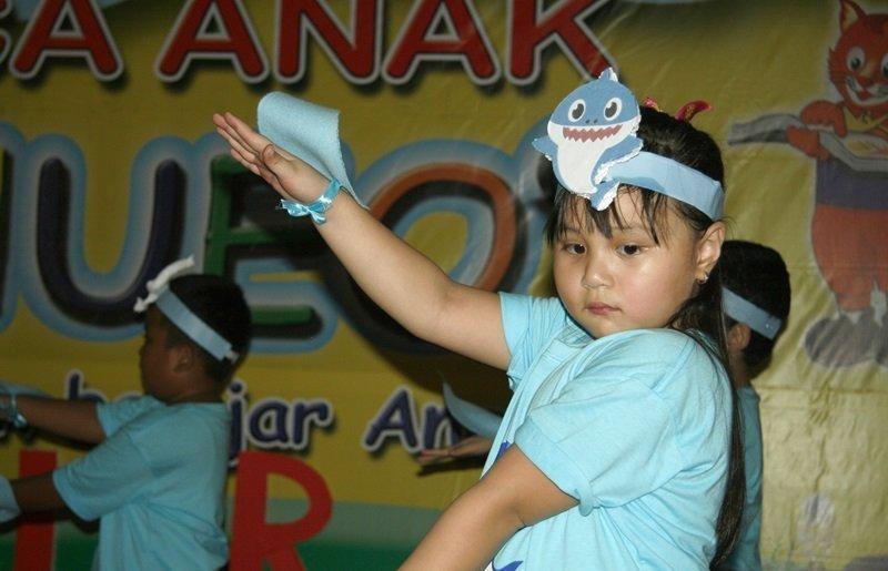 Aku dan teman-teman sedang menari Baby Shark.