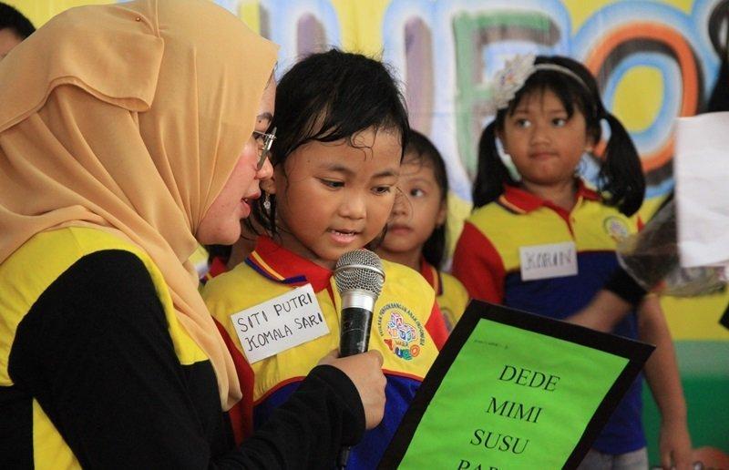 Kakak Putri juga ikut unjuk keberanian saat membaca.