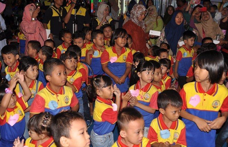 Keceriaan murid biMBA dalam kegiatan pentas baca.