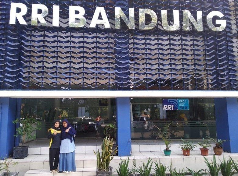 Foto di depan gedung RRI Bandung.