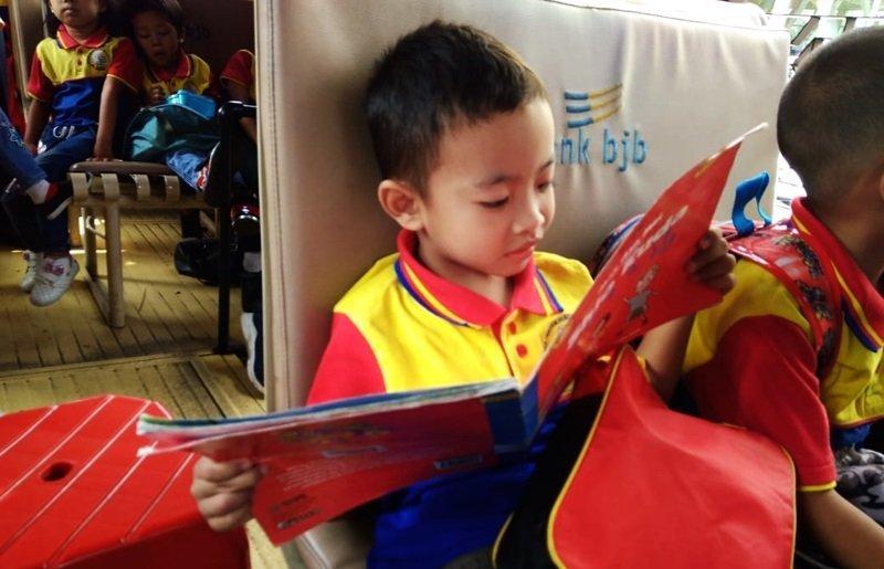 Seru banget baca buku di atas bis sakoci.