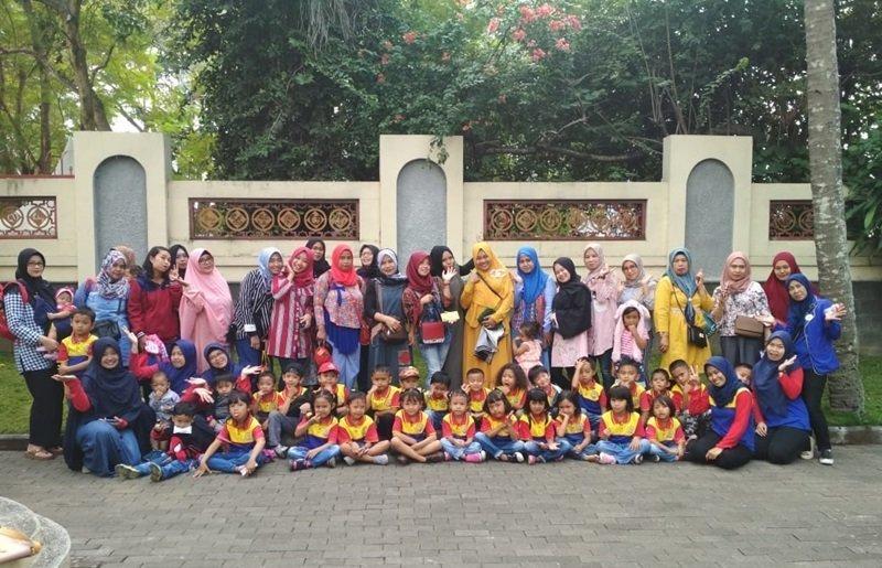 Foto bersama keluarga besar biMBA Mekar Sari Cimahi.