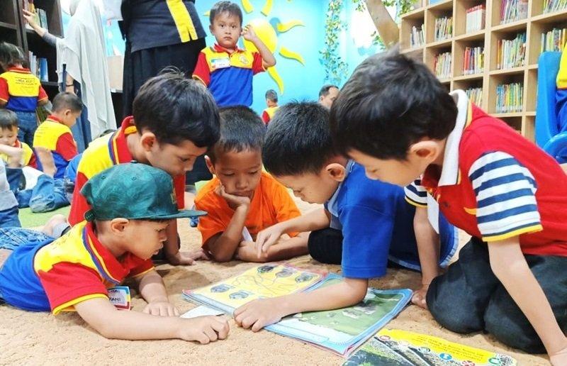 Anak dan Orang Tua Ketagihan ke Perpustakaan