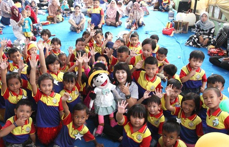 Foto bersama murid biMBA Jati Mulya Regency dengan boneka Caca.