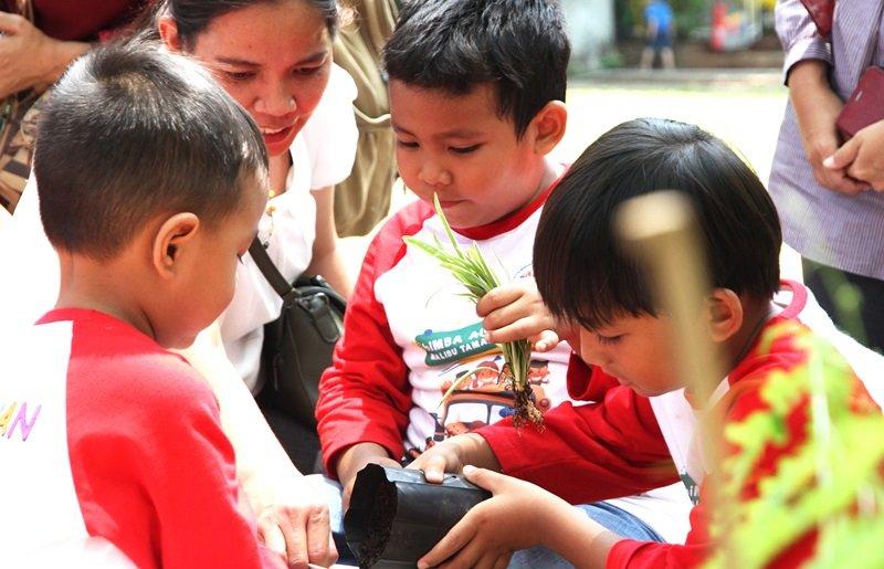 Mencintai alam dimulai dari mengenalkan anak dengan kegiatan menanam dan merawat tanaman.
