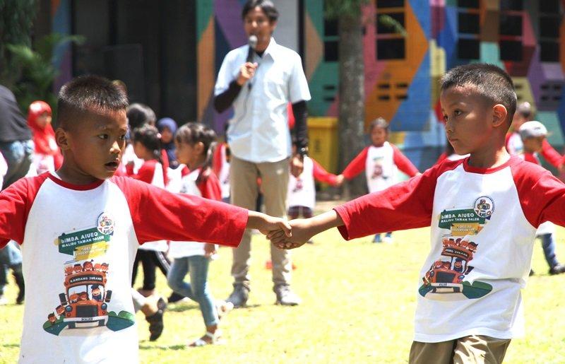 Aktivitas fun games meningkatkan kerja sama dan konsentrasi anak.