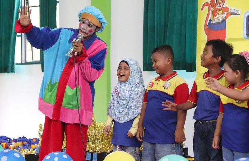 Om Badut menghibur murid biMBA di pentas baca.