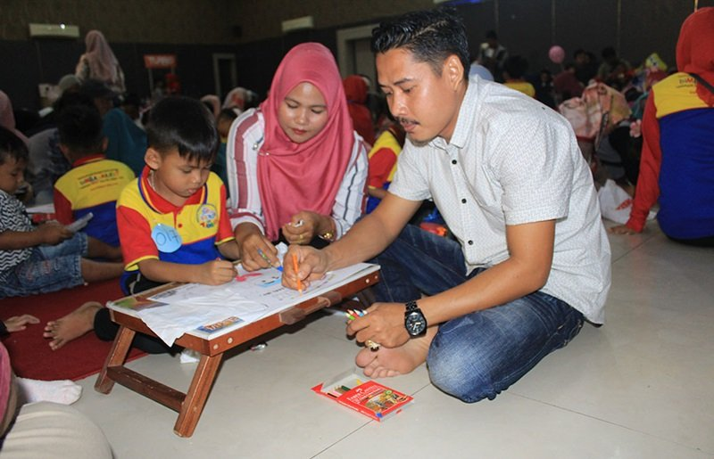 Kekompakan orang tua dengan anak untuk mewarnai di pentas baca 9 unit di Padang.