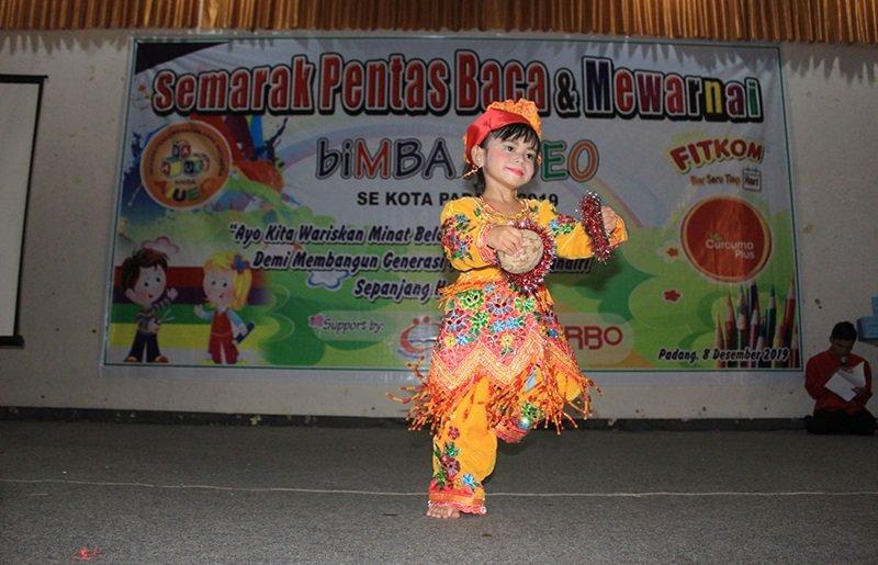 Penampilan tari Batok dari murid biMBA.