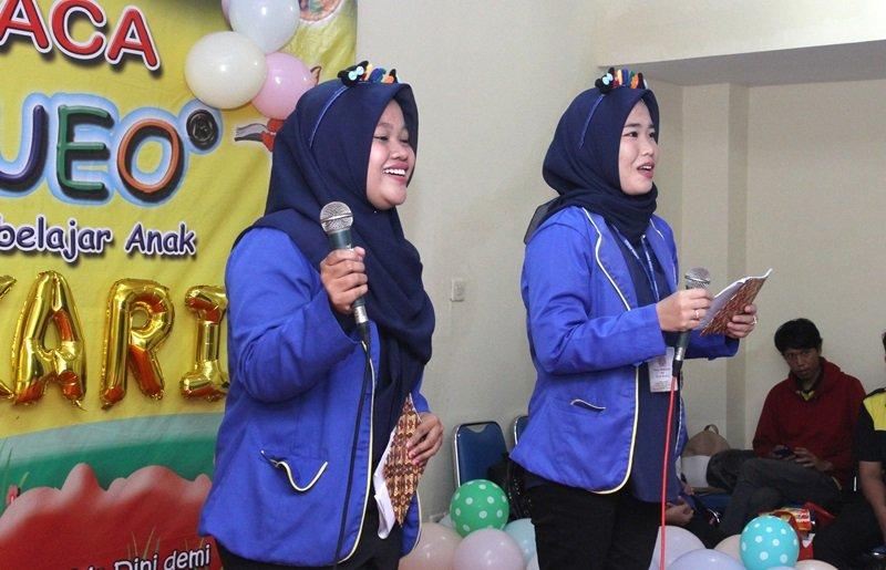 MC pada acara pentas baca biMBA Berdikari tidak kalah semangat nih dengan murid-murid.