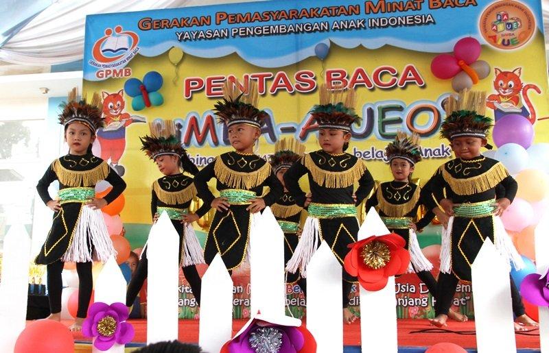 Penampilan tari tradisional yang dibawakan murid biMBA.