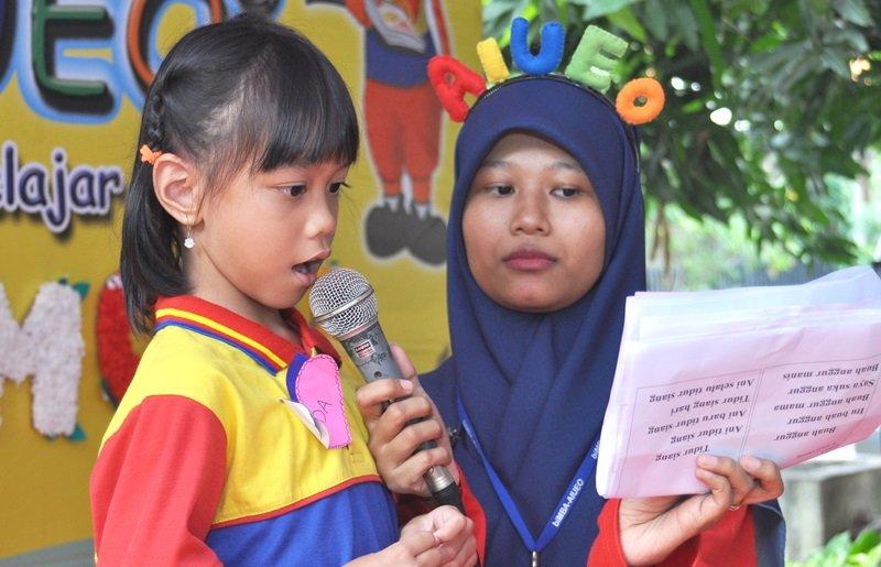 Aksi murid biMBA menunjukkan kemampuan membacanya.