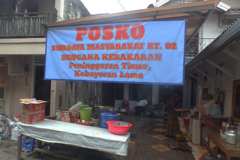 Warga sekitar juga berinisiatif untuk membangun posko pengungsian