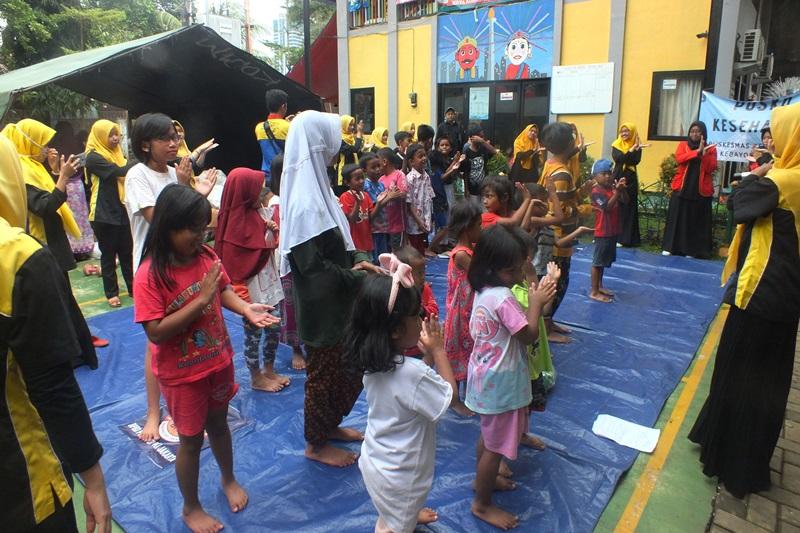 Aktivitas trauma healing kepada anak-anak korban kebakaran oleh motivator biMBA Cipulir dan Al-Mubarok