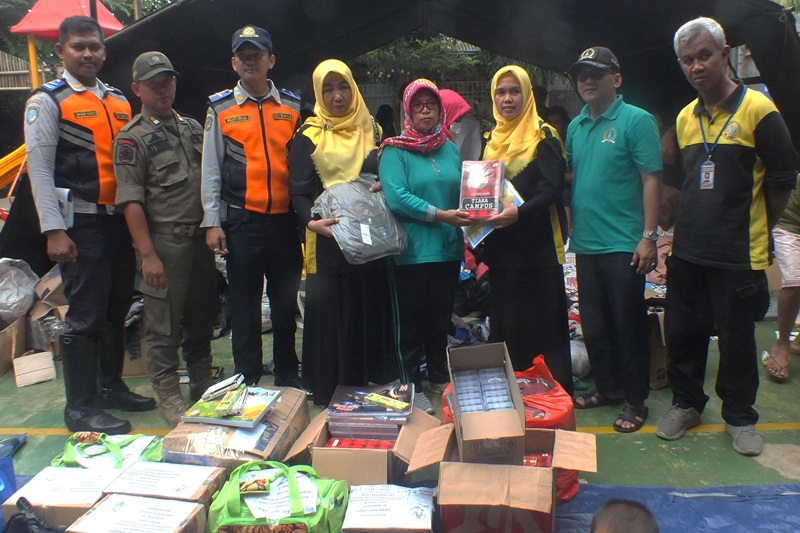 Proses penyerahan bantuan kepada perwakilan pengurus pengungsian