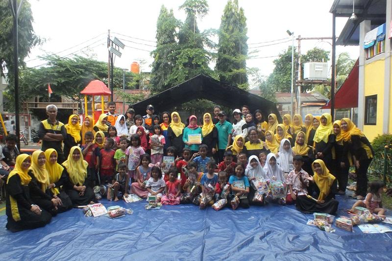 Foto bersama dengan anak-anak yang telah mengikuti sesi trauma healing.