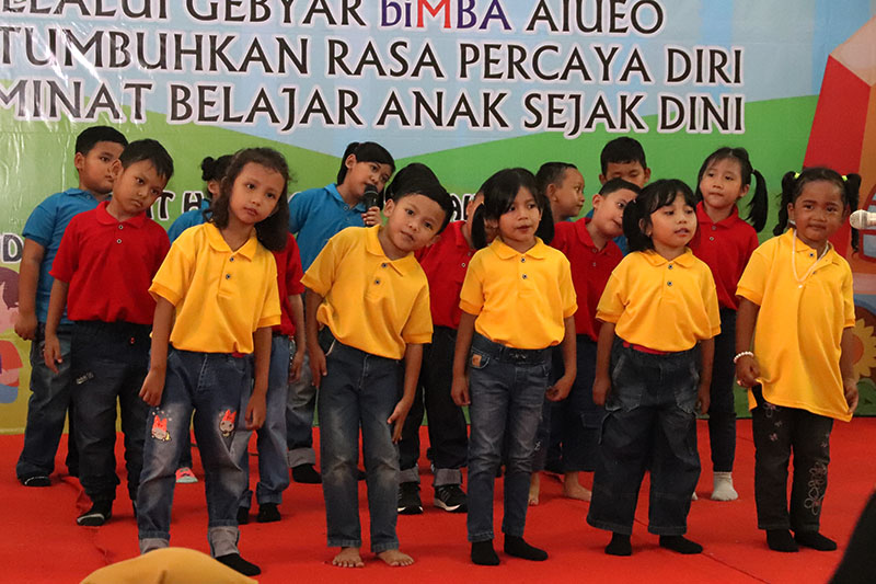 Anak biMBA bernyanyi bersama