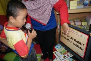 Murid biMBA-AIUEO yang sedang membaca kalimat.