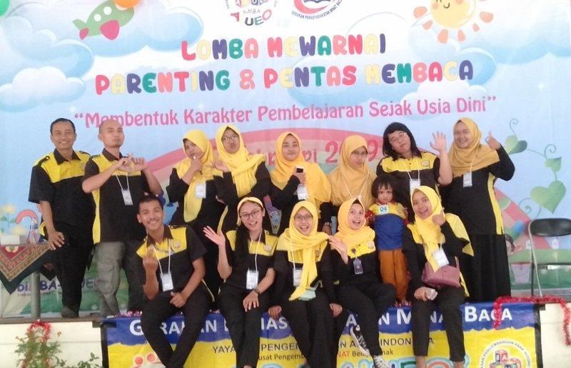 Foto bersama panitia usai kegiatan seminar parenting dan lomba mewarnai.