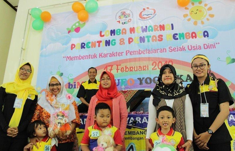Foto bersama di acara parenting dan pentas baca.