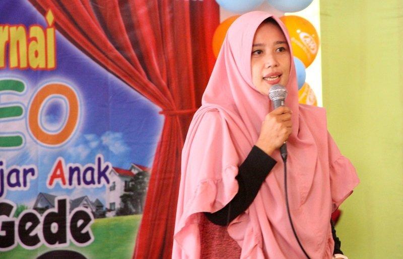 Ibu Linda Rosmala Dewi, sedang menceritakan pengalamannya bergabung di biMBA-AIUEO
